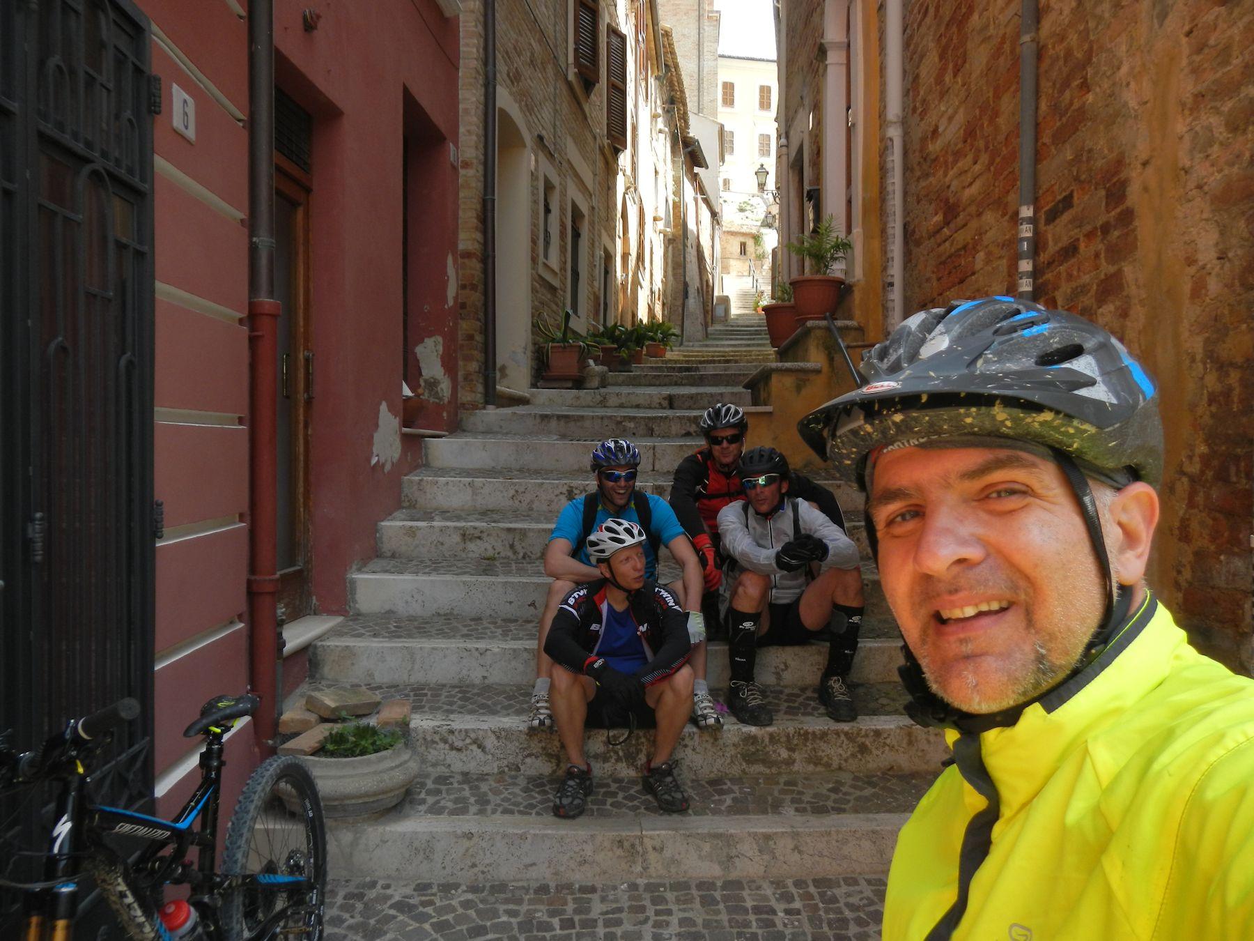 Foto di gruppo a Monsampolo. Ovviamente quelle scale le abbiamo battezzate